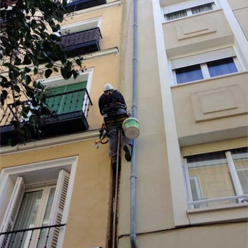 Cambio de bajantes en fachada. Trabajo en altura.