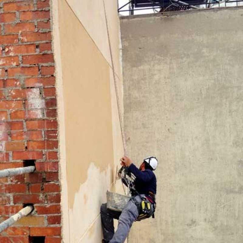 Aplicación de monocapa en fachada de edificio