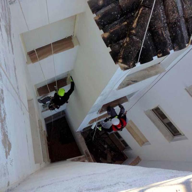 Trabajo en altura reparación en fachada patio de luces