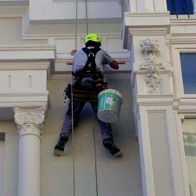 Trabajo en altura reparación en fachada