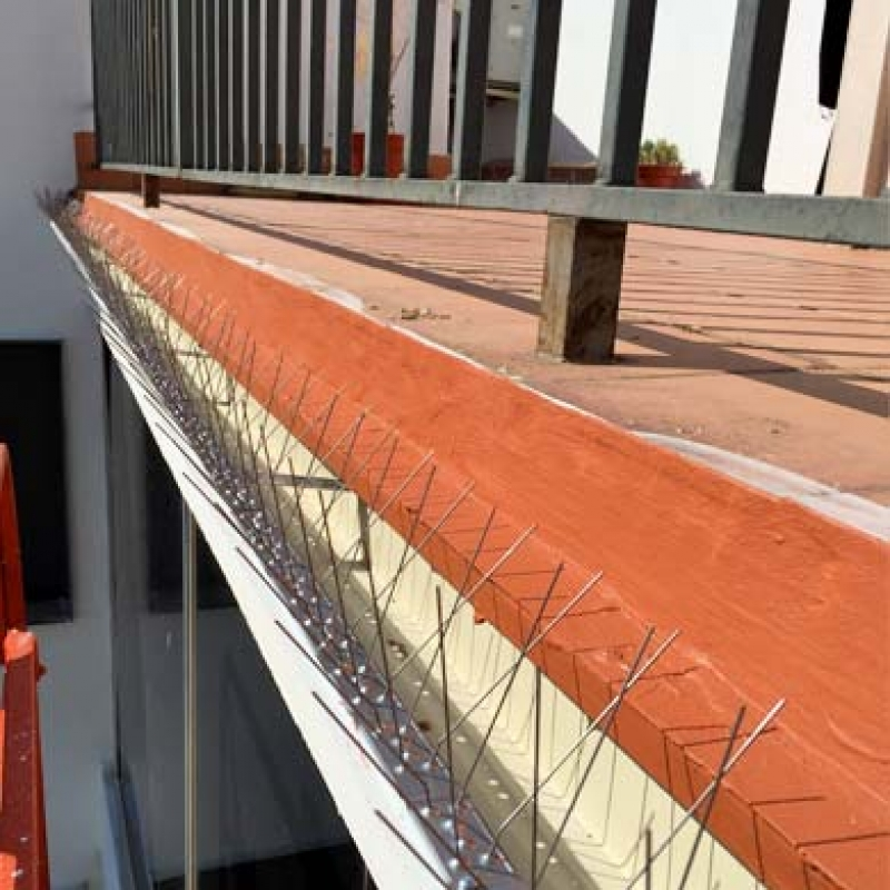 Sistema anti-aves instalado en terraza.