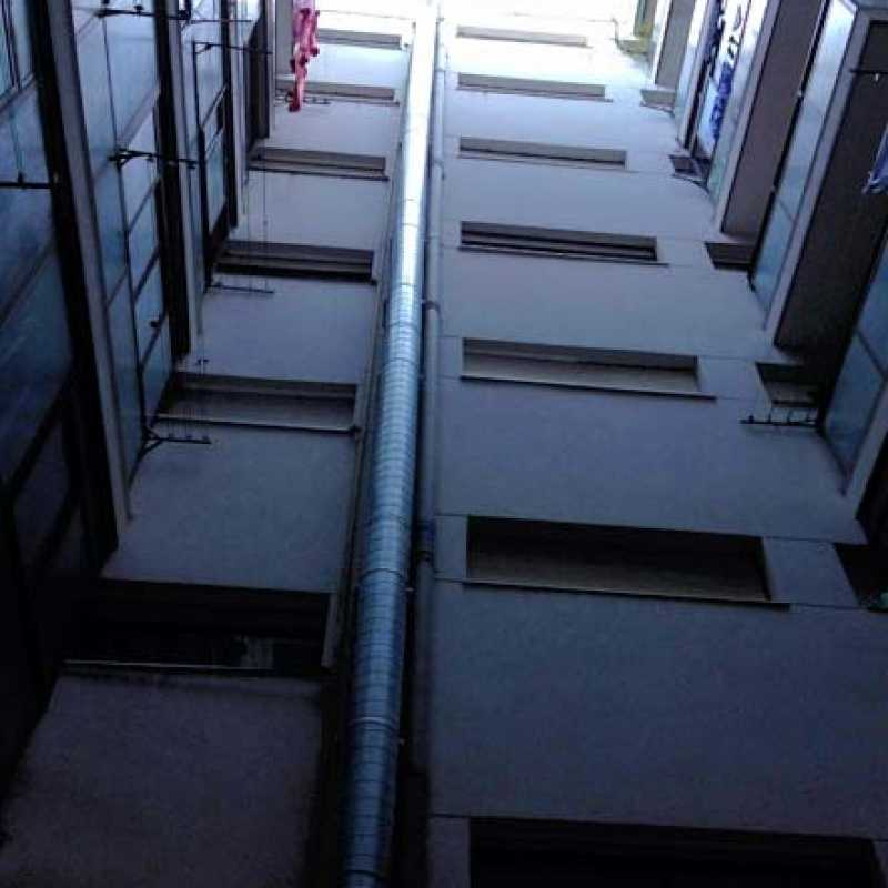 Colocación de conductos de extracción en patio de luces