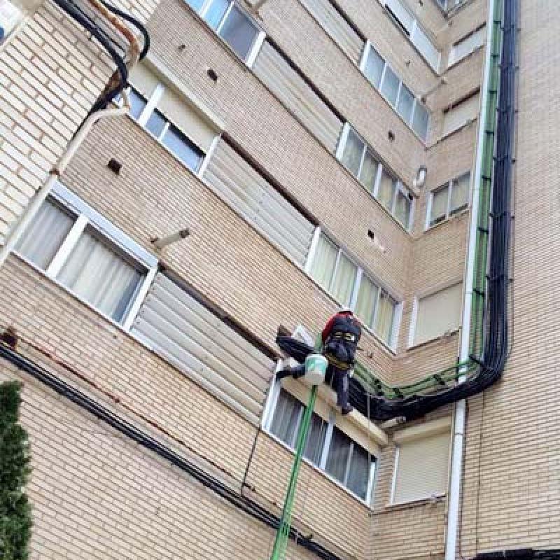 Instalación de fibra óptica en fachada edificio